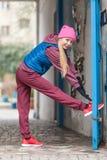 El estirar deportivo de la muchacha al aire libre en la calle de la ciudad Imágenes de archivo libres de regalías