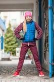 El estirar deportivo de la muchacha al aire libre en la calle de la ciudad Imagen de archivo libre de regalías