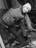 El estirar deportivo de la muchacha al aire libre en la calle de la ciudad Fotografía de archivo libre de regalías