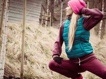El estirar deportivo de la muchacha al aire libre en parque Foto de archivo
