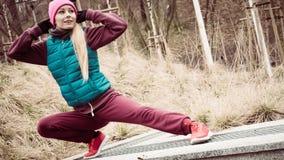 El estirar deportivo de la muchacha al aire libre en parque Fotografía de archivo