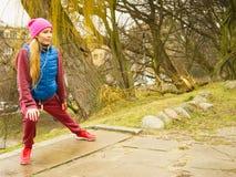 El estirar deportivo de la muchacha al aire libre en parque Imagenes de archivo