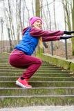 El estirar deportivo de la muchacha al aire libre en parque Imagen de archivo