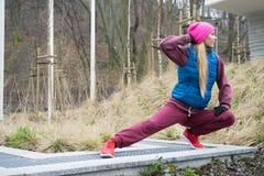 El estirar deportivo de la muchacha al aire libre en parque Fotos de archivo