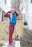 El estirar deportivo de la muchacha al aire libre en parque Imágenes de archivo libres de regalías