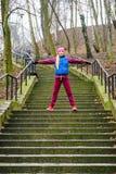 El estirar deportivo de la muchacha al aire libre en parque Imagen de archivo libre de regalías