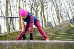 El estirar deportivo de la muchacha al aire libre en parque Foto de archivo libre de regalías
