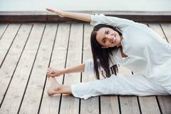 El estirar ejercita al aire libre Foto de archivo libre de regalías