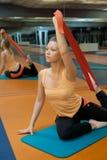 El estirar en gimnasio Fotografía de archivo libre de regalías