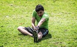 El estirar en la hierba imagen de archivo libre de regalías