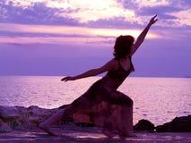 El estirar en la puesta del sol Imagenes de archivo