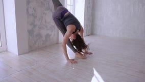 El estirar hermoso de la mujer joven almacen de metraje de vídeo