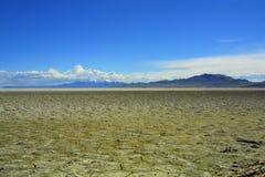 El estirar lakebed seco, agrietado al horizonte Imagenes de archivo