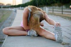El estirar urbano de la muchacha de la aptitud Imágenes de archivo libres de regalías