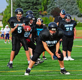 El estratega del fútbol americano de la juventud recibe la bola Imagenes de archivo