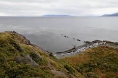 El Estrecho de Magallanes en el día lluvioso nublado Patagonia, Chile Foto de archivo