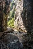 El estrecho entra al dolina Vrata nombrado valle de Prosiecka con rocka, la corriente y la pista de senderismo escarpados en las  Imagen de archivo