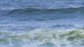 El estrellarse de la ola oceánica almacen de metraje de vídeo