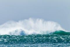 El estrellarse de la tormenta de las olas oceánicas Fotografía de archivo