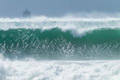 El estrellarse de la tormenta de las olas oceánicas Fotos de archivo libres de regalías