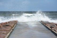 El estrellarse de las ondas Imagen de archivo libre de regalías