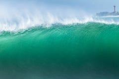 El estrellarse del agua de la ola oceánica Fotos de archivo libres de regalías
