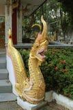 El estuco de la serpiente del oro en la verja del templo Tailandia fotos de archivo libres de regalías