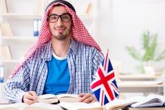 El estudiante árabe que estudia lengua inglesa fotografía de archivo
