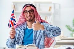 El estudiante árabe que estudia lengua inglesa imágenes de archivo libres de regalías