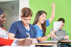 El estudiante adolescente acertado celebra Fotografía de archivo libre de regalías