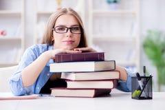 El estudiante adolescente joven que se prepara para los exámenes en casa Fotografía de archivo