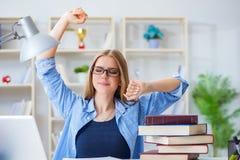 El estudiante adolescente joven que se prepara para los exámenes en casa Imagen de archivo libre de regalías