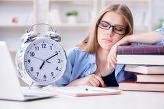 El estudiante adolescente joven que se prepara para los exámenes en casa Foto de archivo libre de regalías