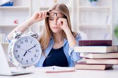 El estudiante adolescente joven que se prepara para los exámenes en casa Fotos de archivo libres de regalías