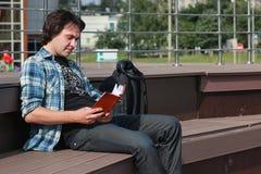 El estudiante al aire libre aprende solamente Imágenes de archivo libres de regalías