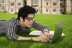 El estudiante asiático aprende en el parque Fotografía de archivo libre de regalías