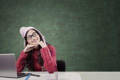 El estudiante asiático en invierno viste la mirada de la lámpara Imagen de archivo
