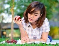 El estudiante asiático joven está leyendo Imagen de archivo libre de regalías