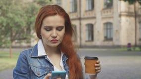 El estudiante bebe el café en campus metrajes