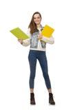 El estudiante bonito que sostiene los libros de texto aislados en blanco Foto de archivo libre de regalías
