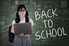 El estudiante bonito sostiene el ordenador portátil Fotos de archivo