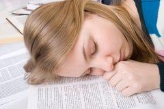 El estudiante cansado duerme en los libros Imagen de archivo libre de regalías