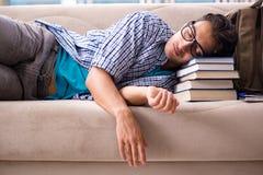 El estudiante cansado que miente en el sofá imágenes de archivo libres de regalías