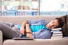 El estudiante cansado que miente en el sofá fotografía de archivo libre de regalías
