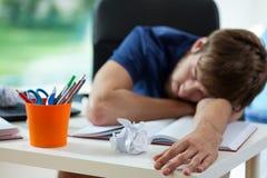 El estudiante cansado se cae dormido fotos de archivo libres de regalías