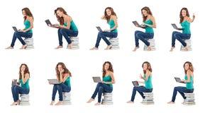 El estudiante con el netbook que se sienta en los libros Imagenes de archivo
