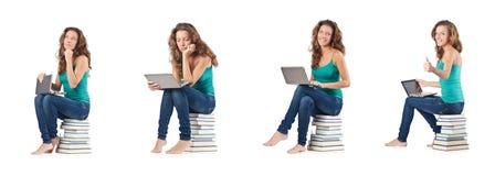 El estudiante con el netbook que se sienta en los libros Fotografía de archivo