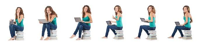 El estudiante con el netbook que se sienta en los libros Imágenes de archivo libres de regalías