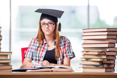 El estudiante con las pilas de libros que se preparan para los exámenes imagenes de archivo