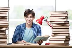 El estudiante con las porciones de libros que se preparan para los exámenes Imagenes de archivo